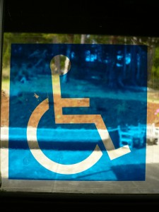 Ein Rollstuhlzeichen, das sich spiegelt