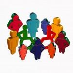 Bunte Gruppe aus Figuren, die verschiedene Größe haben, manche sitzen im Rollstuhl