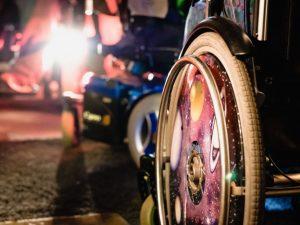 Räder von zwei verschiedenenen Rollstühlen werden von hinten gezeigt