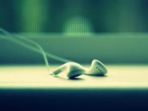 Weiße In-Ear Kopfhörer vor unscharfen Hintergrund