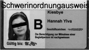 """Der Ausweis von Hannah in der Hülle mit dem """"Schwer-In-ordnung"""" Aufdruck"""