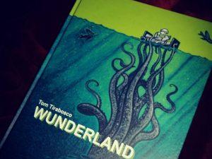 Das Cover zeigt unter Toms Bett eine riesige blaue Krake